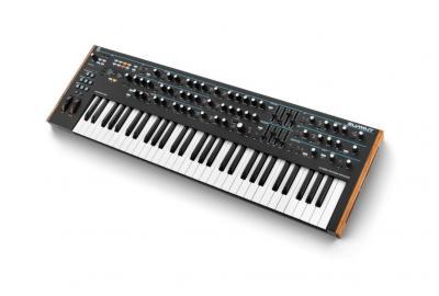Novation Summit Synthesizer mit 16 Stimmen